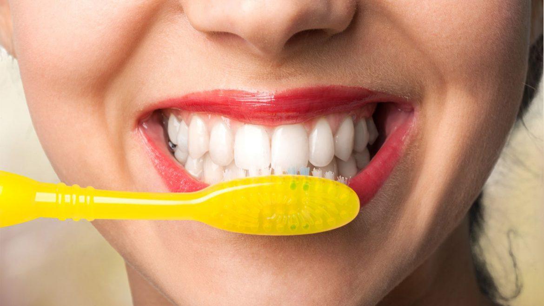 مسواک زدن دندان ها